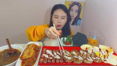 韩国大胃王卡妹吃辣牛肉汤、海鲜饼、烤香肠、煎蛋、紫菜、泡菜、青椒
