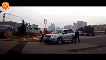 记录仪拍摄  交警拼命提醒过往货车, 还是没能阻