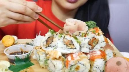 外国美女吃寿司蛋糕, 好多三文鱼嚼的好脆, 好想来一块