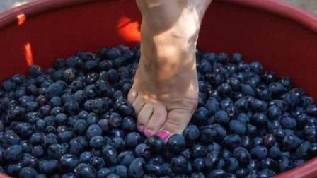 用脚踩出来的美食你们见过吗网友看了就不敢吃