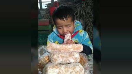 亮亮是个小吃货, 扒拉扒拉米饭, 吃个芙蓉棒, 就是爱吃!