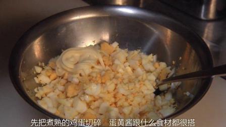 把煮熟的鸡蛋切碎,加入适量的蛋黄酱,自制面包馅就好了