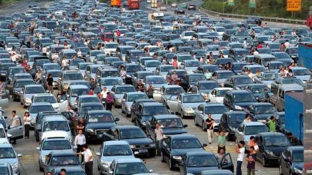 由于城市拥堵, 男子选择了另类的出行方式, 出乎所有人意料