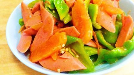 好吃的西红柿加青椒和香肠一起炒一下, 酸辣的口味的美食过瘾