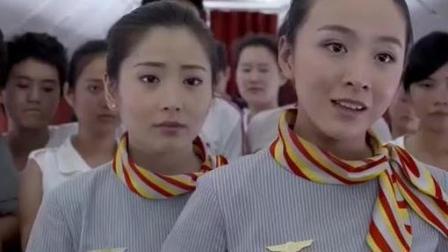 天使爱美丽: 两乘客飞机上大打出手, 空姐一嗓子都乖乖听话!