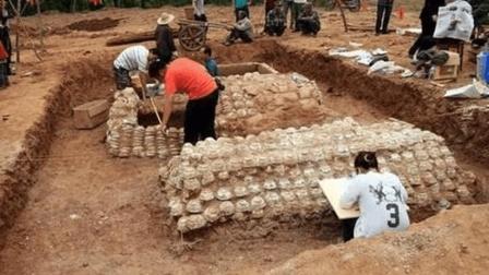 大马路下挖出奇特古墓, 墓室由2000青花瓷砌成, 专家乐坏了!