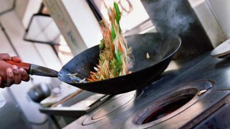 炒菜到底该先放盐还是后放盐, 大厨教给你一招, 以后可别再搞错了