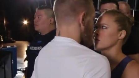 WWE: 炮康纳戈与女王罗西对视, 接下来这一幕全场笑喷!