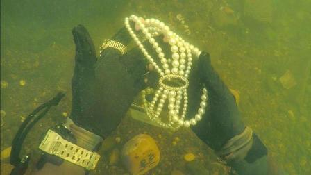 几十年没人去过的水底, 大叔潜下去之后瞬间赚翻了