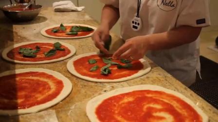 国外大妈制作披萨, 引路人围观, 这做面皮的手法估计要练个两年