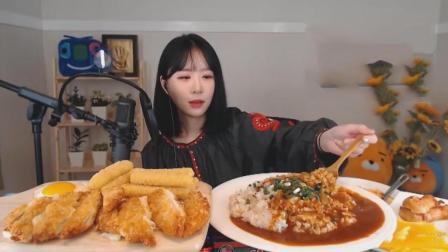 韩国萌妹子吃超大盘咖喱饭、2个芝士炸猪排和炸芝士条+煎蛋