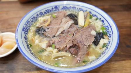 西安特色小吃羊肉泡馍, 羊肉大块, 汤鲜美, 吃了还想再来一碗