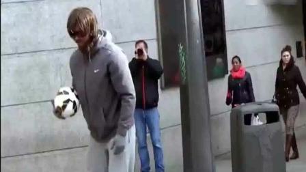 C罗化身老头在街头踢球 精湛的球技却得不到任何人的鼓励