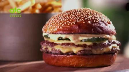 这个半斤重汉堡热量是普通汉堡3倍, 油脂穿透面包流满手, 过瘾