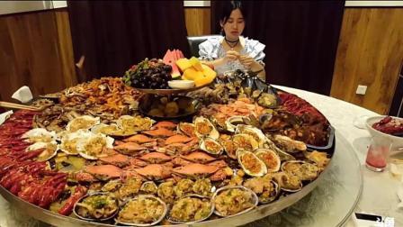 大胃王密子君吃一大桌海鲜盛筵, 这一桌2000元, 网友们你们感觉贵吗?