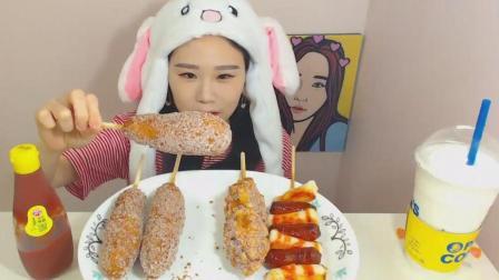 韩国大胃王卡妹吃4个芝士热狗和年糕香肠串, 妹子这帽子很可爱