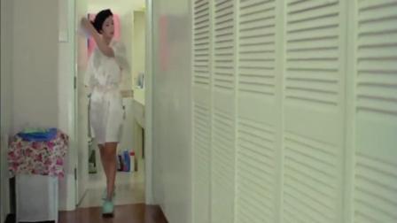 洪金宝和光头佬偷看美女换衣服, 一个躲床下一个躲衣柜, 结果被发现尴尬了