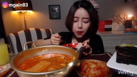 韩国萌妹子吃货, 吃一大锅粉条, 配上泡菜, 大口大口吃的太香了