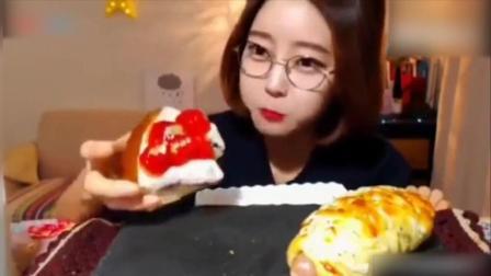 韩国美女大胃王吃播: 欧尼吃草莓蛋糕, 一口吃下去超满足