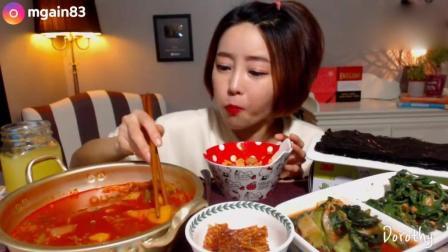 韩国萌妹子吃货, 吃金枪鱼泡菜汤, 一碗炒饭, 海带, 吃的真香