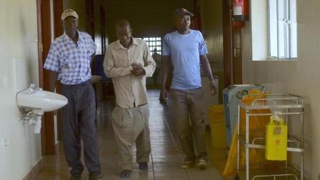 非洲男子被毒虫叮咬, 第三条腿狂长到1米多, 平时走路卷在裤子里