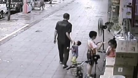 男子当街拽走小男孩被制止 自称:逗他玩