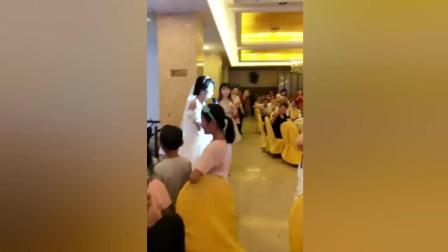 新娘, 这歌声是谁给你的勇气啊!