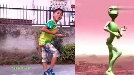 尼泊尔熊孩子挑战疯狂的青蛙 外星人舞 最后一个笑喷了