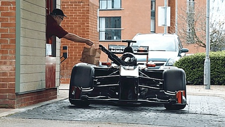 F1赛车上路还挂牌? 果然再快也跑不过警车, 这怎么罚?