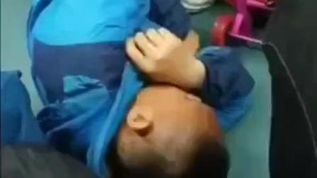 火车上恋脚癖男子猥亵睡着一姑娘的脚, 被隔壁大哥一巴掌扇走