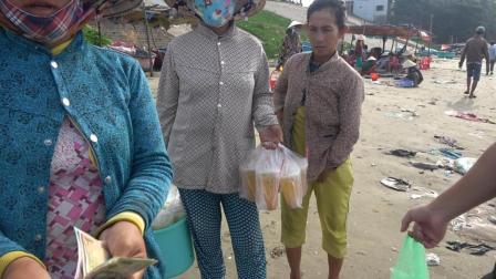 中国小伙在越南渔村买海鲜, 却被大批的村妇给围住了