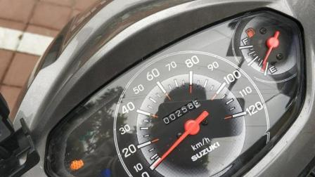 铃木优友125才跑了64公里油表就到红线了, 一看油箱还有好多油, 这油表也太欢乐了