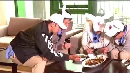 """张艺兴简直就是""""团宠"""", 吃鱼的时候黄渤都给他挑鱼刺"""