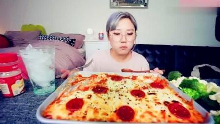 吃播美女 KEEMI 吃自制的意大利辣香肠奶酪比萨!
