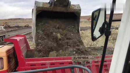 这是什么挖掘机? 装车速度这么牛, 2铲斗装满一大货车!