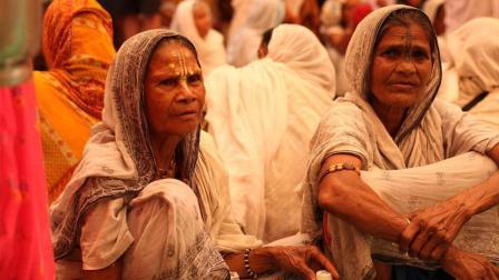 印度女性地位低下, 15000多名寡妇只能选这3条路, 看着都觉得凄凉