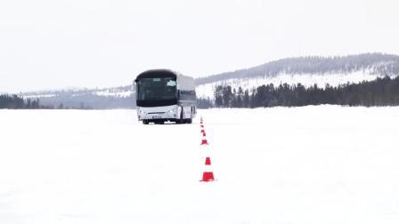 性能真好 大客车没装防滑链, 雪地上竟不打滑