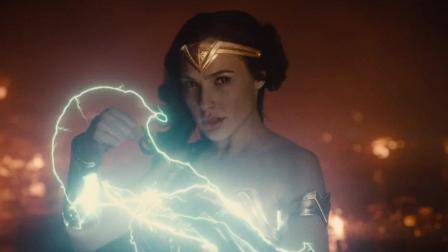 神奇女侠觉醒, 双手缠绕闪电的巨大神力, 将她的哥哥瞬间KO