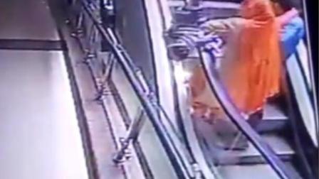 夫妻商场沉迷自拍 怀中孩子被甩落坠楼身亡