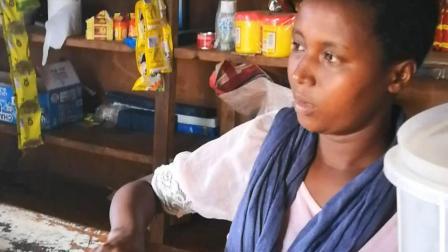 中国网红主播在非洲 农村小商店 找黑珍珠老板娘买糖