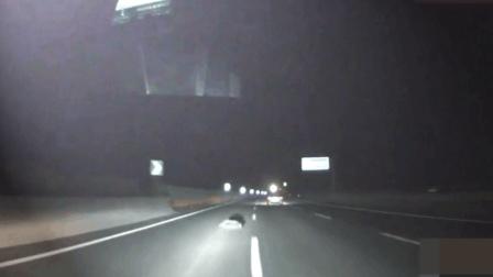 高速路上开车突然看见石头, 撞上去还是躲开? 选错的人已经入土了!