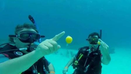 男子在深海潜水, 将鸡蛋在海里打破