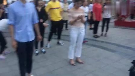 跳鬼步舞的人太多, 广场站不下, 还遭到广场大妈的驱赶, 这舞太火了