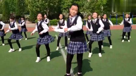 小学生跳《海草舞》火了, 满满的青春活力, 也就看了20多遍