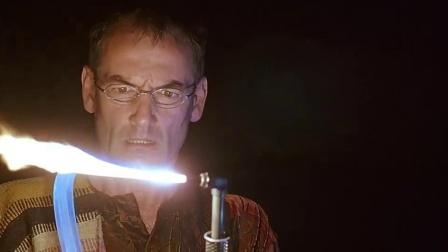 《星际传奇》  背发光绳走夜路 荧光怪物吃人