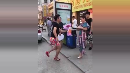 一小伙在大街上向女友求婚, 看笑路人!