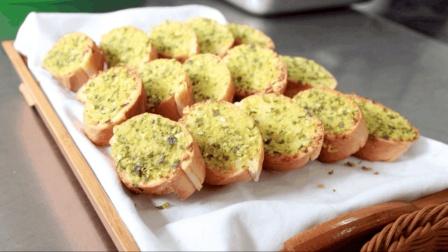 面包放硬了怎么办? 又不舍得扔, 来来来, 跟大厨学做法式甜点—蒜香法棍, 超简单哦