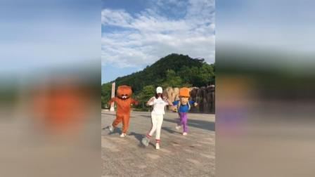 美女小姐姐携手网红熊与光头强, 广场上飙热舞, 这舞姿很美!