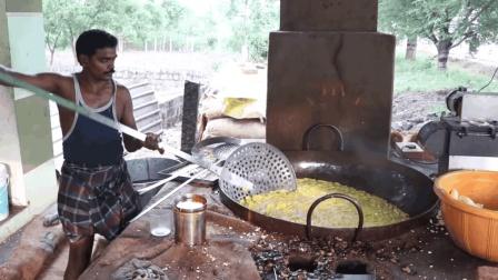 印度大厨油炸香蕉片, 看这大漏勺, 做个小吃都这么有气势
