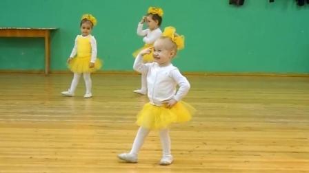 小朋友们练跳舞, 这个小女娃跳的太棒了, 瞬间成为焦点, 给你点赞